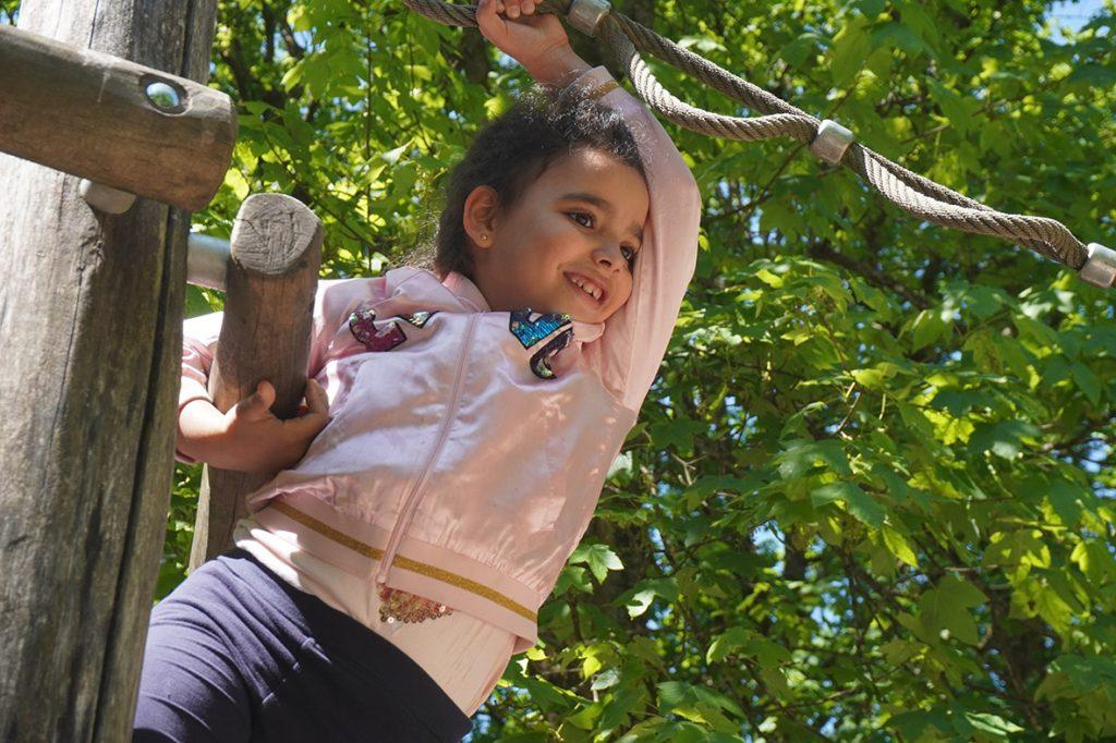 Ein Bild, das Baum, draußen, Person, jung enthält.  Automatisch generierte Beschreibung